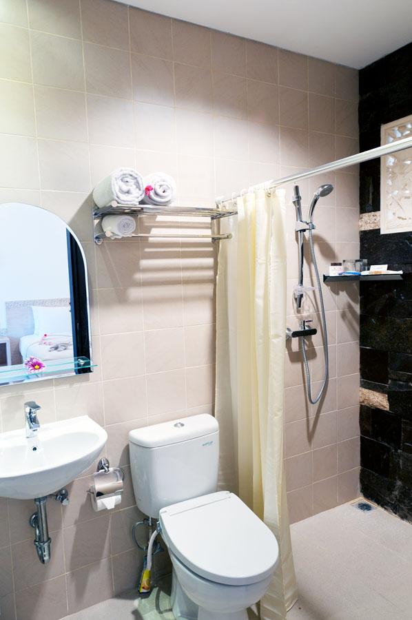 Deluxe Room Type B - Bathroom